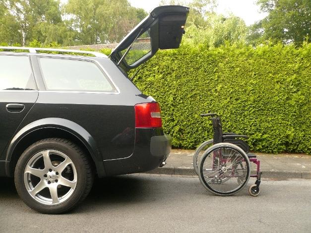 Rollstuhl am Fahrzeug in Position