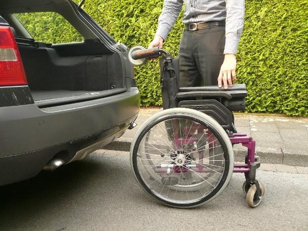 Rollstuhl an die Kofferraumladekante heranfahren