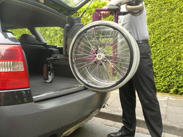Rollstuhl rollt in den Kofferraum