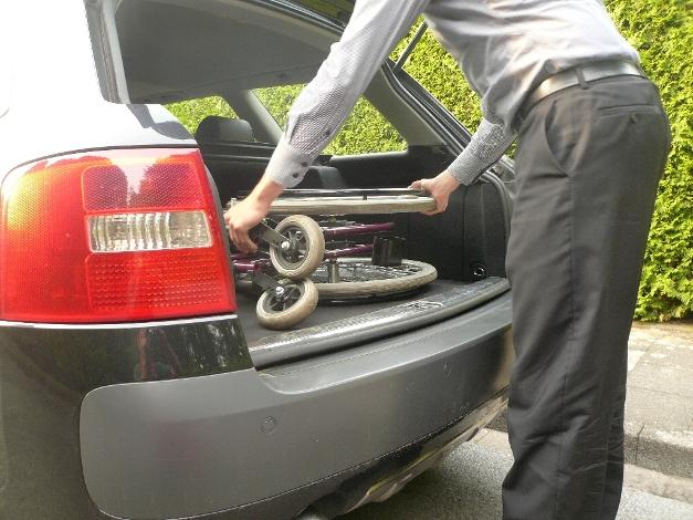Je nach Beschaffenheit des Kofferraums wird der Rollstuhl gekippt und flach auf den Boden gelegt oder stehend verstaut.
