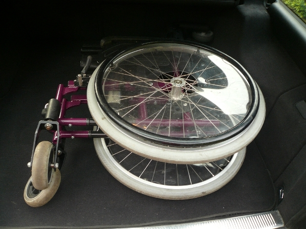 Der Rollstuhl liegt im Kofferraum und muss jetzt gesichert werden.